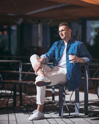 Как и с чем носить: синяя рубашка с длинным рукавом из шамбре, белая футболка с круглым вырезом, бежевые брюки чинос, белые кожаные низкие кеды