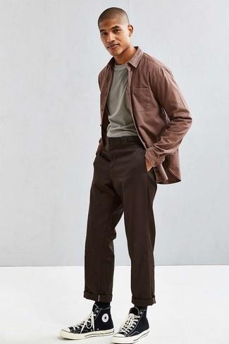 Модные мужские луки 2020 фото: Коричневая рубашка с длинным рукавом и темно-коричневые брюки чинос — обязательные составляющие в гардеробе мужчин с чувством стиля. Чтобы привнести в ансамбль толику легкости , на ноги можно надеть черно-белые высокие кеды из плотной ткани.