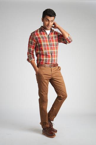 Коричневые брюки чинос: с чем носить и как сочетать: Удобное сочетание красной рубашки с длинным рукавом в шотландскую клетку и коричневых брюк чинос поможет подчеркнуть твой личный стиль и выделиться из общей массы. Коричневые кожаные топсайдеры станут отличным дополнением к твоему образу.