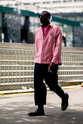 Розовая рубашка с длинным рукавом: с чем носить и как сочетать мужчине: Розовая рубашка с длинным рукавом и темно-синие брюки чинос надежно закрепились в гардеробе современных парней, позволяя составлять запоминающиеся и удобные луки. Завершив ансамбль черными кожаными ботинками челси, можно получить приятный результат.