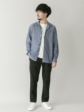 Модные мужские луки 2020 фото: Синяя рубашка с длинным рукавом и черные брюки чинос будут великолепно смотреться в стильном гардеробе самых избирательных джентльменов. Создать стильный контраст с остальными вещами из этого лука помогут белые низкие кеды из плотной ткани.