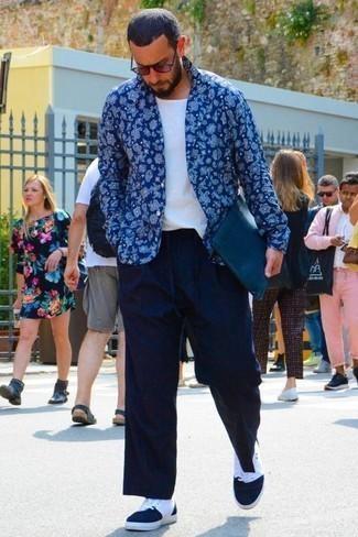 """Темно-красные солнцезащитные очки: с чем носить и как сочетать мужчине: Если в одежде ты ценишь комфорт и практичность, синяя рубашка с длинным рукавом с """"огурцами"""" и темно-красные солнцезащитные очки — отличный вариант для модного повседневного мужского лука. Не прочь привнести в этот ансамбль нотку классики? Тогда в качестве обуви к этому ансамблю, стоит выбрать темно-сине-белые высокие кеды из плотной ткани."""