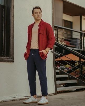 Мужские луки в теплую погоду: Красная рубашка с длинным рукавом и темно-синие брюки чинос прочно обосновались в гардеробе современных парней, позволяя создавать яркие и комфортные ансамбли. Если сочетание несочетаемого импонирует тебе не меньше, чем безвременная классика, закончи этот наряд белыми кожаными низкими кедами.