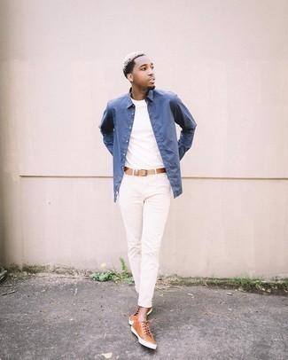С чем носить синюю рубашку с длинным рукавом мужчине: Несмотря на то, что это достаточно простой образ, образ из синей рубашки с длинным рукавом и белых брюк чинос неизменно нравится джентльменам, покоряя при этом дамские сердца. Смелые мужчины завершат ансамбль табачными кожаными низкими кедами.
