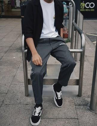 С чем носить черно-белые низкие кеды из плотной ткани мужчине: Черная рубашка с длинным рукавом и темно-серые брюки чинос в вертикальную полоску — необходимые предметы в гардеробе молодых людей с чувством стиля. Вместе с этим образом органично смотрятся черно-белые низкие кеды из плотной ткани.