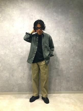 С чем носить темно-зеленую рубашку с длинным рукавом мужчине: Темно-зеленая рубашка с длинным рукавом и светло-коричневые брюки чинос прочно закрепились в гардеробе современных парней, помогая составлять запоминающиеся и практичные луки. Что до обуви, черные кожаные ботинки дезерты — наиболее выигрышный вариант.