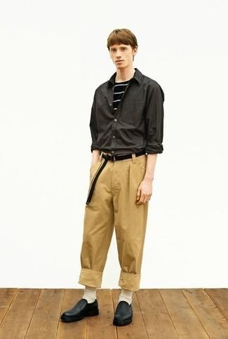 С чем носить темно-зеленую рубашку с длинным рукавом мужчине: Темно-зеленая рубашка с длинным рукавом и светло-коричневые брюки чинос прочно закрепились в гардеробе многих мужчин, позволяя составлять незаезженные и удобные ансамбли. Не прочь привнести сюда немного элегантности? Тогда в качестве обуви к этому ансамблю, стоит выбрать черные кожаные лоферы.