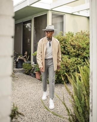 С чем носить бежевую рубашку с длинным рукавом мужчине: Бежевая рубашка с длинным рукавом и серые брюки чинос — беспроигрышный лук, если ты ищешь расслабленный, но в то же время стильный мужской лук. Пара белых кожаных низких кед добавит облику непринужденности и дерзости.