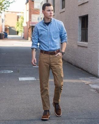 С чем носить темно-коричневые замшевые повседневные ботинки мужчине: Привлекательное сочетание голубой рубашки с длинным рукавом из шамбре и светло-коричневых брюк чинос однозначно будет привлекать внимание прекрасного пола. Закончив ансамбль темно-коричневыми замшевыми повседневными ботинками, ты привнесешь в него классическую нотку.