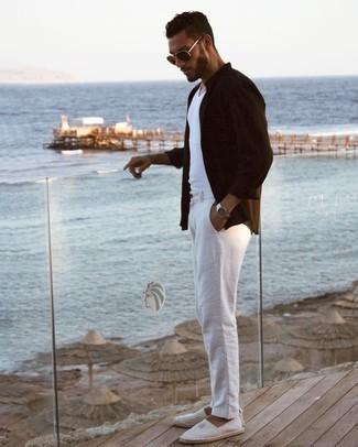 С чем носить белые брюки чинос: Темно-коричневая рубашка с длинным рукавом и белые брюки чинос несомненно украсят гардероб любого парня. Серые эспадрильи из плотной ткани в горизонтальную полоску органично дополнят этот ансамбль.