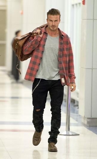 Как David Beckham носит Красно-черная фланелевая рубашка с длинным рукавом в клетку, Серая футболка с круглым вырезом, Черные джинсы, Темно-коричневые кожаные повседневные ботинки