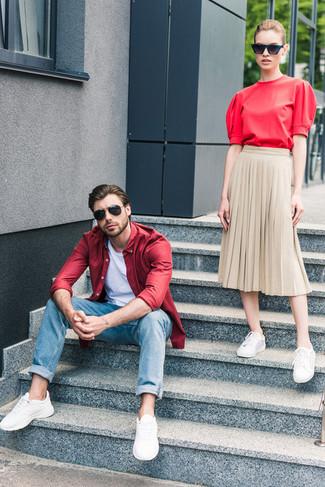 Как и с чем носить: красная рубашка с длинным рукавом, белая футболка с круглым вырезом, синие джинсы, белые кроссовки