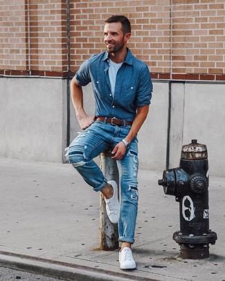 Как и с чем носить: синяя рубашка с длинным рукавом из шамбре в горошек, белая футболка с круглым вырезом, синие рваные джинсы, белые низкие кеды