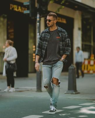 Как и с чем носить: темно-серая рубашка с длинным рукавом в шотландскую клетку, темно-серая футболка с круглым вырезом с принтом, голубые рваные джинсы, темно-серые низкие кеды из плотной ткани