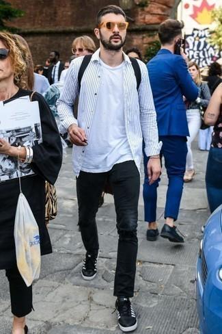 Белая футболка с круглым вырезом: с чем носить и как сочетать мужчине: Привлекательное сочетание белой футболки с круглым вырезом и черных джинсов позволит подчеркнуть твой индивидуальный стиль и выделиться из общей массы. В паре с этим образом наиболее удачно будут выглядеть черно-белые кожаные низкие кеды.