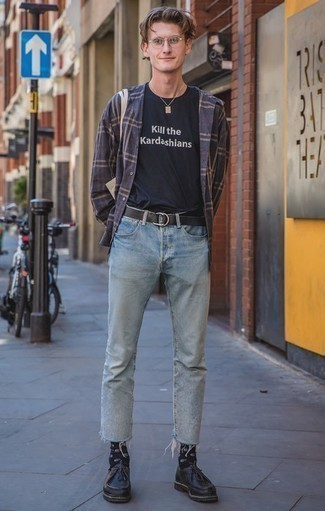 Темно-синяя рубашка с длинным рукавом в шотландскую клетку: с чем носить и как сочетать мужчине: Сочетание темно-синей рубашки с длинным рукавом в шотландскую клетку и голубых джинсов создано для современных мужчин, ведущих активный образ жизни. И почему бы не привнести в этот образ на каждый день чуточку консерватизма с помощью черных кожаных ботинок дезертов?