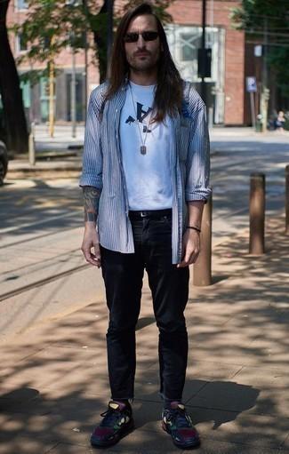 Разноцветные кроссовки: с чем носить и как сочетать мужчине: Несмотря на свою несложность, сочетание бело-темно-синей рубашки с длинным рукавом в вертикальную полоску и темно-синих джинсов неизменно нравится стильным молодым людям, а также покоряет сердца девушек. Ты сможешь легко приспособить такой образ к повседневным условиям городской жизни, надев разноцветными кроссовками.