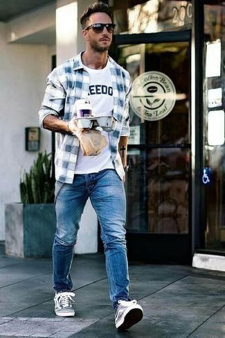 Бело-темно-синяя футболка с круглым вырезом с принтом: с чем носить и как сочетать мужчине: Если этот день тебе предстоит провести в движении, сочетание бело-темно-синей футболки с круглым вырезом с принтом и синих джинсов позволит создать комфортный лук в повседневном стиле. Темно-сине-белые низкие кеды из плотной ткани становятся хорошим дополнением к твоему ансамблю.