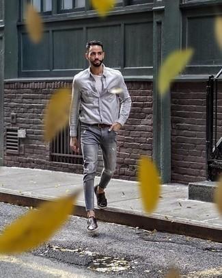 Темно-коричневые кожаные монки с двумя ремешками: с чем носить и как сочетать: Если день обещает быть сумасшедшим, сочетание серой рубашки с длинным рукавом и серых рваных джинсов поможет создать функциональный лук в стиле кэжуал. Этот лук получает свежее прочтение в тандеме с темно-коричневыми кожаными монками с двумя ремешками.