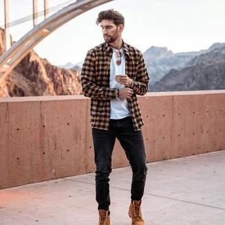 С чем носить серебряный браслет мужчине: Светло-коричневая рубашка с длинным рукавом в мелкую клетку и серебряный браслет позволят создать легкий и практичный образ для выходного в парке или вечера в пабе с друзьями. Думаешь сделать образ немного строже? Тогда в качестве обуви к этому ансамблю, стоит выбрать табачные замшевые рабочие ботинки.