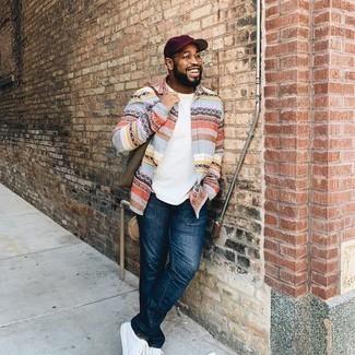 Мужские луки: Любителям стиля кэжуал полюбится лук из разноцветной рубашки с длинным рукавом в горизонтальную полоску и темно-синих джинсов. В тандеме с этим образом органично будут выглядеть белые низкие кеды из плотной ткани.