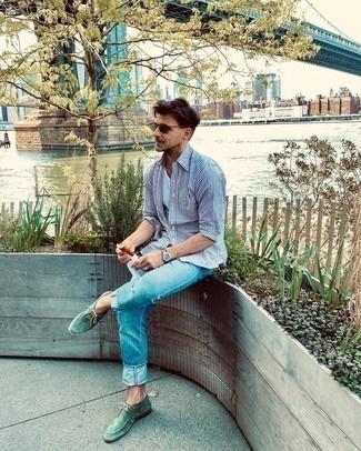 Мужские луки: Удобное сочетание бело-темно-синей рубашки с длинным рукавом в вертикальную полоску и голубых джинсов вне всякого сомнения будет обращать на себя взгляды прекрасных дам. Думаешь сделать ансамбль немного строже? Тогда в качестве дополнения к этому ансамблю, стоит обратить внимание на зеленые замшевые ботинки дезерты.