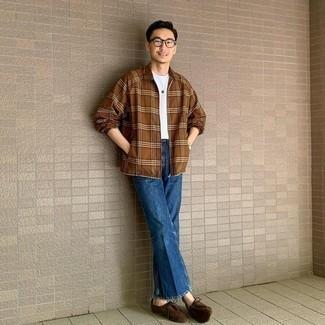 С чем носить белую футболку с круглым вырезом мужчине: Дуэт белой футболки с круглым вырезом и синих джинсов несомненно подчеркнет твой личный стиль. Любишь экспериментировать? Закончи ансамбль темно-коричневыми замшевыми ботинками дезертами.