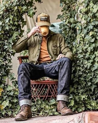 Как одеваться мужчине за 50: Если ты ценишь комфорт и практичность, не обходи стороной это дуэт оливковой рубашки с длинным рукавом и темно-синих джинсов. Хочешь сделать образ немного элегантнее? Тогда в качестве дополнения к этому образу, стоит выбрать темно-коричневые кожаные повседневные ботинки.