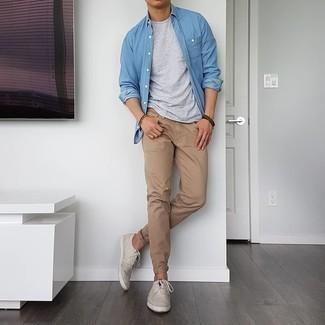 С чем носить темно-коричневый браслет мужчине: Если этот день тебе предстоит провести в движении, сочетание синей рубашки с длинным рукавом из шамбре и темно-коричневого браслета позволит составить функциональный ансамбль в стиле кэжуал. Хотел бы добавить в этот лук толику элегантности? Тогда в качестве обуви к этому ансамблю, стоит обратить внимание на бежевые низкие кеды из плотной ткани.