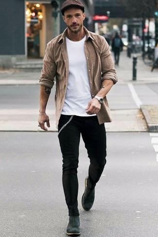 Темно-коричневая кепка: с чем носить и как сочетать мужчине: Стильное сочетание коричневой рубашки с длинным рукавом и темно-коричневой кепки подойдет для случаев, когда удобство ставится превыше всего. Любишь необычные сочетания? Закончи ансамбль темно-серыми замшевыми ботинками челси.