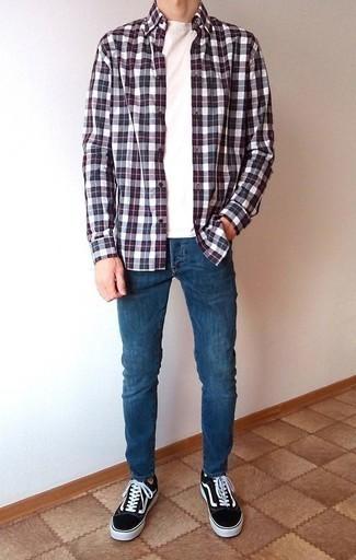 Синие зауженные джинсы: с чем носить и как сочетать мужчине: Если у тебя запланирован насыщенный день, сочетание бело-красно-синей рубашки с длинным рукавом в шотландскую клетку и синих зауженных джинсов позволит создать функциональный образ в расслабленном стиле. Думаешь добавить сюда немного классики? Тогда в качестве дополнения к этому ансамблю, выбери черно-белые низкие кеды из плотной ткани.