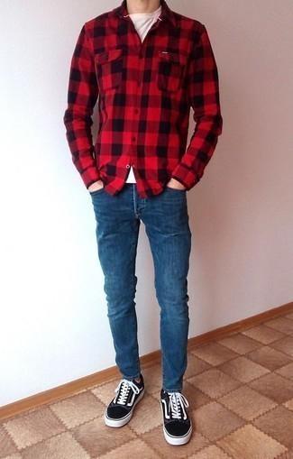 Синие зауженные джинсы: с чем носить и как сочетать мужчине: Если в одежде ты делаешь ставку на удобство и практичность, красная фланелевая рубашка с длинным рукавом в мелкую клетку и синие зауженные джинсы — замечательный вариант для стильного повседневного мужского образа. Хочешь сделать лук немного элегантнее? Тогда в качестве обуви к этому ансамблю, стоит обратить внимание на черно-белые низкие кеды из плотной ткани.