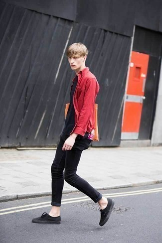 Черные зауженные джинсы: с чем носить и как сочетать мужчине: В красной рубашке с длинным рукавом и черных зауженных джинсах можно пойти на свидание в расслабленной обстановке или провести выходной день, когда в планах поход в кино или кафе. Говоря об обуви, можно закончить образ черными низкими кедами из плотной ткани.