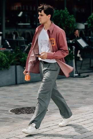 Как и с чем носить: красная рубашка с длинным рукавом из шамбре, белая футболка с круглым вырезом с принтом, серые классические брюки в клетку, белые кожаные низкие кеды