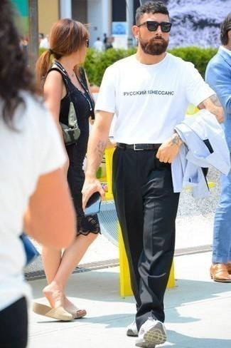 Черные классические брюки: с чем носить и как сочетать мужчине: Голубая рубашка с длинным рукавом выглядит великолепно в тандеме с черными классическими брюками. Такой ансамбль легко адаптировать к повседневным условиям городской жизни, если надеть в тандеме с ним белые кроссовки.