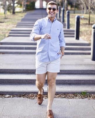 Как и с чем носить: голубая рубашка с длинным рукавом, белые шорты, коричневые кожаные лоферы с кисточками, коричневые солнцезащитные очки