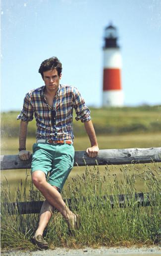 Как и с чем носить: синяя рубашка с длинным рукавом в шотландскую клетку, мятные шорты, оливковые кожаные лоферы, белый плетеный ремень