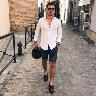 Как и с чем носить: белая рубашка с длинным рукавом, темно-синие шорты в вертикальную полоску, темно-пурпурные кожаные мокасины, черные солнцезащитные очки