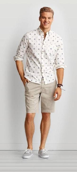 Как и с чем носить: белая рубашка с длинным рукавом с принтом, бежевые шорты, серые низкие кеды из плотной ткани, темно-коричневые кожаные часы