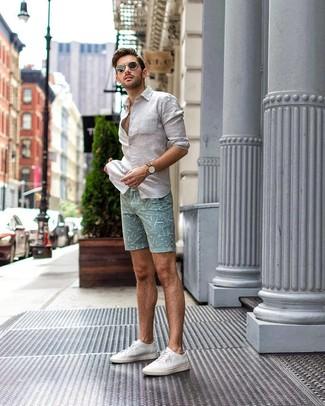 Как и с чем носить: белая льняная рубашка с длинным рукавом, мятные шорты с принтом, белые низкие кеды из плотной ткани, черные солнцезащитные очки