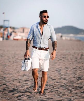 Как и с чем носить: голубая льняная рубашка с длинным рукавом, белые шорты, белые кожаные низкие кеды, коричневый плетеный ремень из плотной ткани