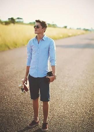 Темно-синие шорты: с чем носить и как сочетать мужчине: Голубая рубашка с длинным рукавом и темно-синие шорты — рассмотри этот вариант, если не боишься быть в центре внимания. Весьма выгодно здесь выглядят красные низкие кеды из плотной ткани.