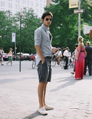 Темно-синие шорты: с чем носить и как сочетать мужчине: Тандем голубой рубашки с длинным рукавом и темно-синих шорт позволит создать интересный мужской лук в стиле casual. В паре с этим ансамблем наиболее выгодно смотрятся белые низкие кеды из плотной ткани.
