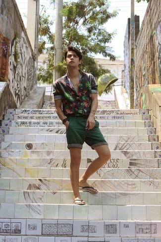 Темно-зеленые шорты: с чем носить и как сочетать мужчине: Черная рубашка с длинным рукавом с цветочным принтом и темно-зеленые шорты идеально подходят для создания городского образа на будние дни. Ты сможешь легко приспособить такой ансамбль к повседневным условиям городской жизни, надев черными резиновыми сандалиями.