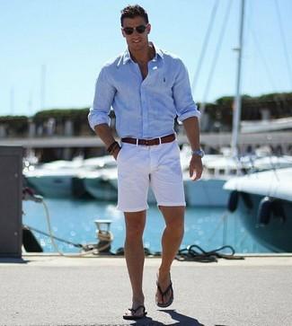 Как и с чем носить: голубая рубашка с длинным рукавом, белые шорты, черные сланцы, темно-коричневый кожаный ремень