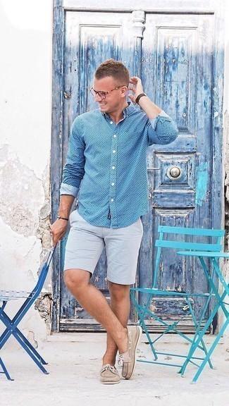 Модные мужские луки 2020 фото: Синяя рубашка с длинным рукавом в горошек в паре с серыми шортами без сомнений будет обращать на себя внимание прекрасного пола. В паре с этим луком прекрасно будут выглядеть светло-коричневые кожаные топсайдеры.