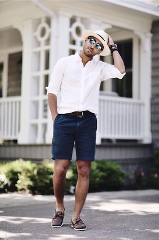Модные мужские луки 2020 фото: Несмотря на то, что это достаточно не сложный лук, ансамбль из белой рубашки с длинным рукавом и темно-синих шорт приходится по душе джентльменам, покоряя при этом сердца прекрасных дам. В этот образ легко интегрировать темно-коричневые кожаные топсайдеры.