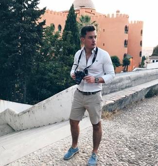 Как и с чем носить: белая рубашка с длинным рукавом, серые шорты, синие эспадрильи из плотной ткани, темно-коричневый кожаный ремень