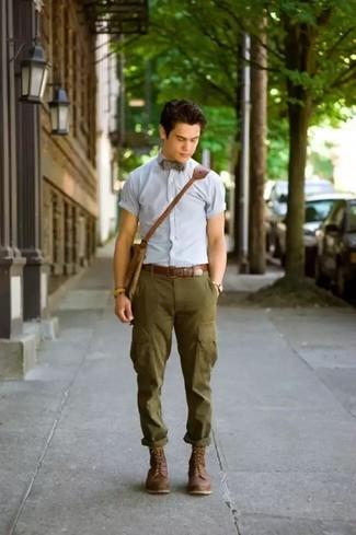 Как и с чем носить: голубая рубашка с коротким рукавом, оливковые брюки карго, темно-коричневые кожаные повседневные ботинки, коричневая кожаная сумка почтальона