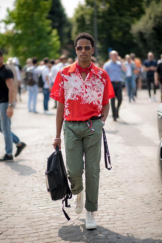 Как и с чем носить: красная рубашка с коротким рукавом с цветочным принтом, оливковые брюки чинос, белые высокие кеды, черно-белый кожаный рюкзак